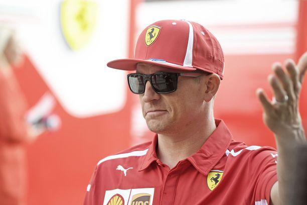 Kimi Räikkönen pakoili ihmispaljoutta Suzukan varikolla.