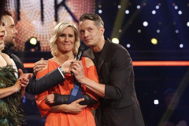 Laura Malmivaaran ja Mikko Ahdin tanssitaival on ollut kyyneleiden täyteinen. Itku on tullut ilosta, esityksen aiheuttamista tunteista ja viimeksi suuresta pettymyksestä. Parin kisa päättyi Lauran käden murtumiseen.