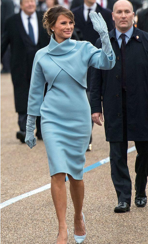 Virkaanastujaisissa Melania Trump pukeutui vaaleansiniseen. Häntä verrattiin välittömästi klassisena pukeutujana tunnettuun Jackie Kennedyyn.