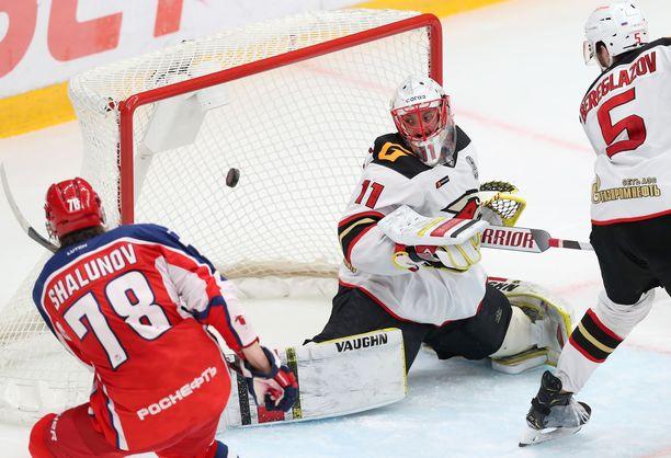 ZSKA:n Maksim Shalunov iskee 1–0-osuman Avangardin maalivahdin Simon Hrubecin taakse.