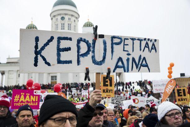 Aktiivimallia vastustaneessa mielenosoituksessa ei nähty kansan huolesta kyynelehtivää pääministeriä.