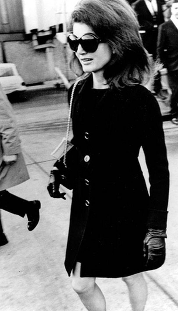 AINA MUODISSA Jacqueline Kennedyn takkimekko ja suuret aurinkolasit ovat tällä hetkellä yhtä muodikkaita kuin vuonna 1969.
