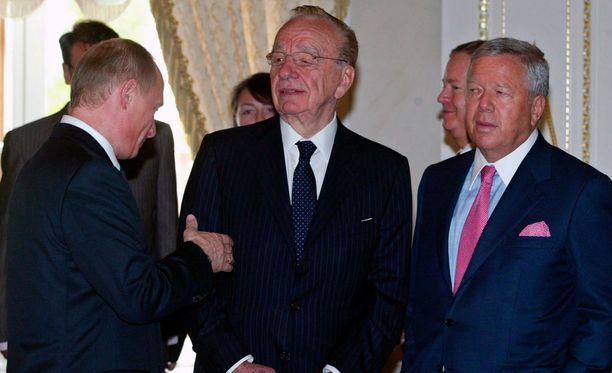 Vladimir Putin tapasi vuonna 2005 muun muassa Rupert Murdochin (keskellä) ja Robert Kraftin.