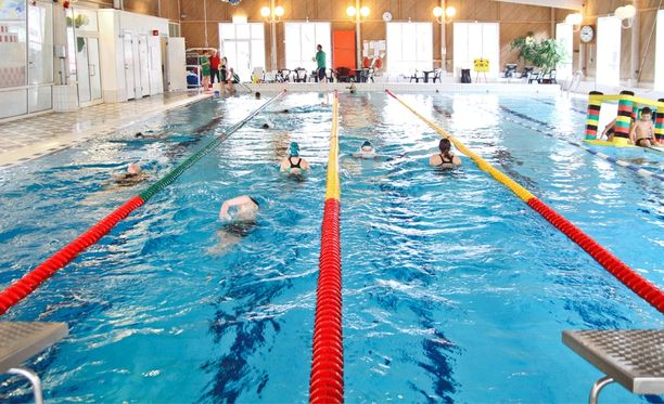 Toisten katselu salaa ei ole harvinaista uimahalleissa. Kuvituskuva.