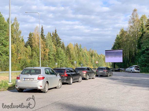 Virolainen auto- ja tekniikkaportaali Accelerista seurasi syyskuun lopussa poliisin toimintaa Pohjois-Viroon Kohilaan pystytetyllä rauhoittumispaikalla ja laski, että 19 ylinopeutta ajaneesta puolet, eli 10, siirtyi lopulta rauhoittumaan.