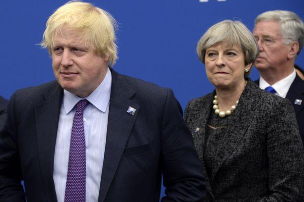 Boris Johnson saattaa olla konservatiivipuolueen seuraava puheenjohtaja. Taustalla tehtävästä väistyvä Theresa May.