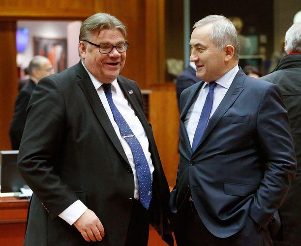 Ulkoministeri Soini saa enemmän kehuja kuin puoluejohtaja Soini. Brysselissä joulukuun puolivälissä otetussa kuvassa Romanian-kollega Lazăr Comănescu.