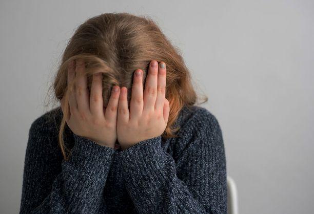 Tyttö alkoi oirehtia vakavasti törkeän hyväksikäytön seurauksena.
