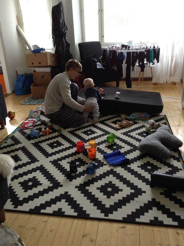 Toivo harjoitteli seisomista Petteri-isän kanssa 1-vuotiaana.