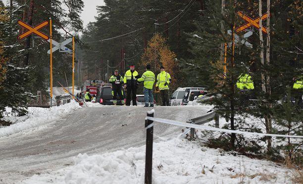 Raaseporin tasoristeysturmassa kuoli neljä ihmistä, joista kolme oli varusmiestä ja yksi tasoristeysonnettomuudessa osallisena olleen kiskobussin matkustaja.