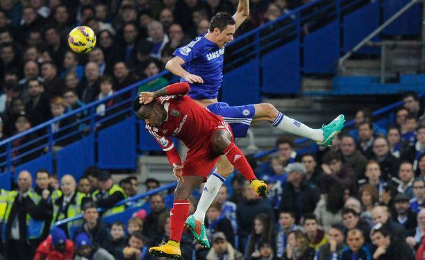 Saido Berahino taistelemassa pallosta Chelsean Nemanja Maticin kanssa.