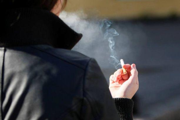 Uusi tupakkalaki rajoittaa tupakointia entistäkin enemmän.