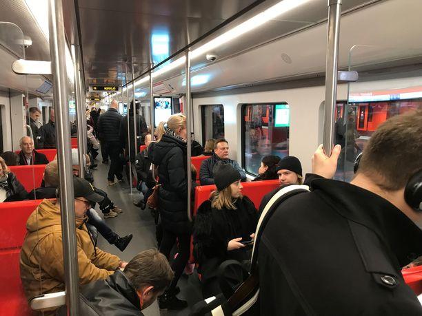 Helsingin metrossa oli radalla asiaton henkilö. Kuvituskuva.