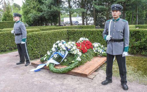 Iltalehti seurasi Mauno Koiviston viimeistä matkaa - presidentti laskettiin haudan lepoon Hietaniemessä