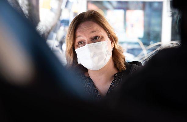 """Pääministeri Sanna Marin (sd) puolusti MTV:n tentissä hallituksensa koronaministeri Krista Kiurua (sd) ja syytti demariministeriä kritisoineita """"käsienpesusta""""."""