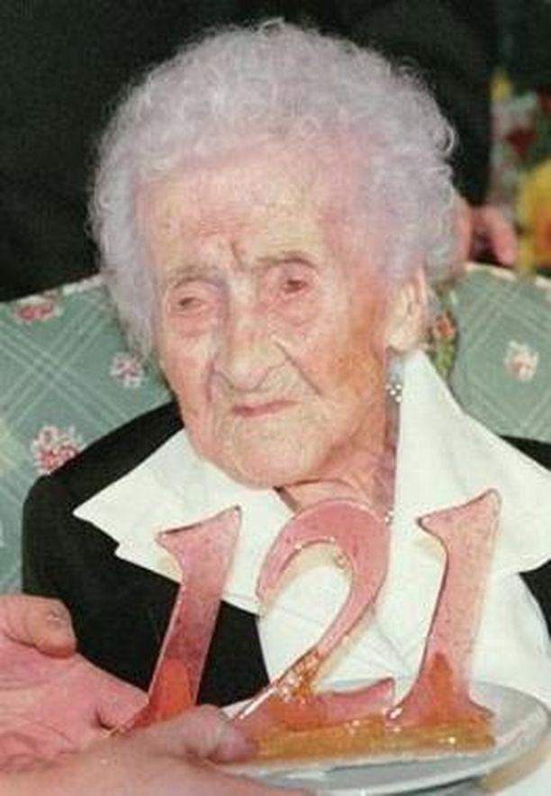 Jeanne Louise Calment viettämässä viimeistä edellistä syntymäpäiväänsä.