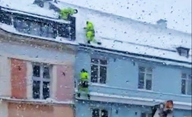 Lumenpudottaja jäi roikkumaan köysien varaan viidennen kerroksen korkeudelle.