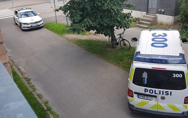 Paikalla oli silminnäkijän mukaan kolme poliisiautoa.