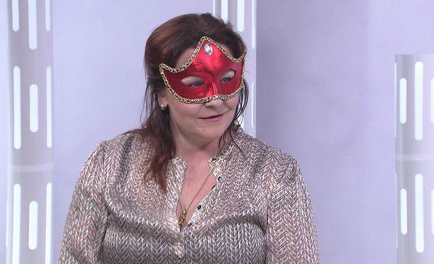 """Domina esiintyy ohjelmassa kasvot peitettynä. """"Haluan suojata läheisiä ihmisiä ja perhettäni"""""""