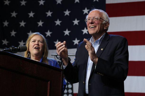 Bernie Sanders ja hänen puolisonsa Jane O'Meara Sanders kampanjoivat kuun alussa Los Angelesissa.