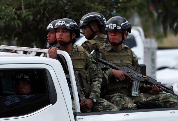 Kolumbian armeijan sotilaita valmiudessa poliisikoulun lähellä.