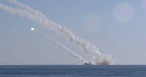 Venäjän puolustusministeriön julkaisemassa kuvassa näkyy, miten Kalibr-ohjukset laukaistiin Rostov-na-Donu-sukellusveneestä Välimereltä tiistaina.