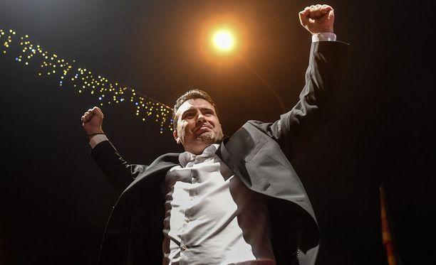Oppositiossa olevien sosiaalidemokraattien johtaja Zoran Zaev (kuvassa) ilmoitti puolueen voittaneen vaalit. Myös hallituksessa olleen konservatiivipuolueen edustaja Vlatko Gjorcev julistautui voittajaksi.
