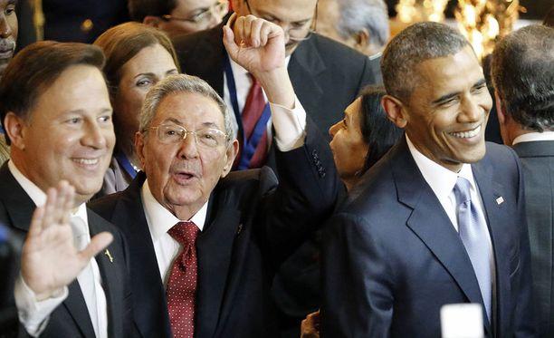 Raul Castro (keskellä) kehuu Barack Obamaa rehelliseksi.