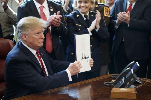 Trump käytti perjantaina veto-oikeuttaan pitääkseen rajamuurihankkeensa pystyssä.