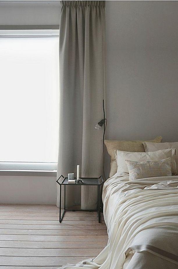 Ellos Homen Brooklyn pimentävä poimutusverho pimentää vain niin halutessasi, kunhan vedät sen päiväksi ikkunan edestä seinäpinnan päälle. 159 €/132 x 290 cm. Verhot Ellos.com