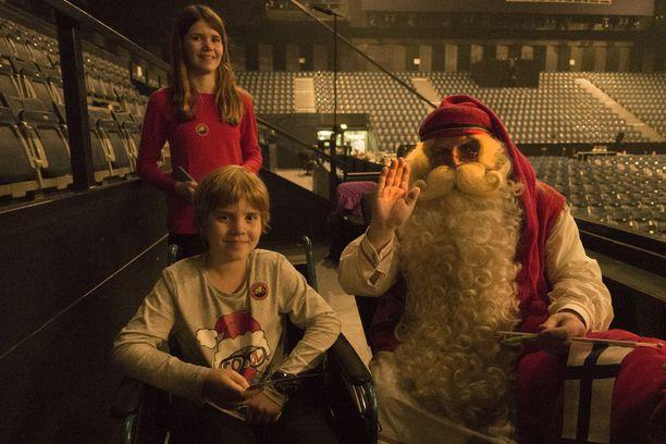 Pyörätuolipotilasta Tobya onnisti sillä hän pääsi tapaamaan joulupukkia.