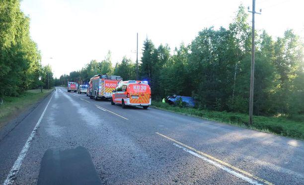 Pakettiauton matka päättyi ojaan juhannusyönä Tuusulassa.