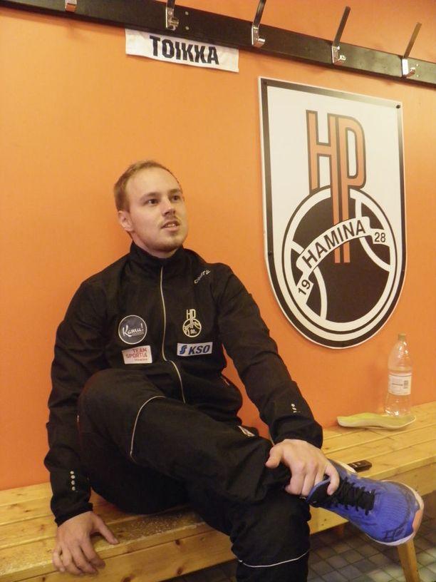Hangasmaa rohkeni istuutua oranssi-ikonin ja HP:n pukukoppikomentajan Juha Toikan paikalle.
