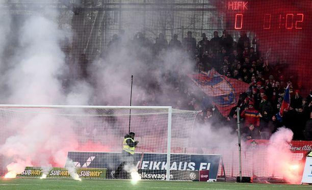 Soihtuja on totuttu polttamaan HIFK:n kannattajapäädyssä.