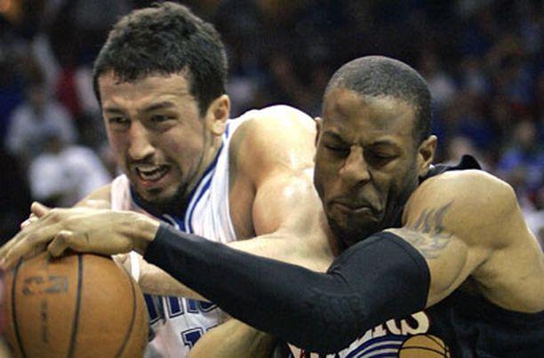 Philadelphian Andre Iguodala taistelee pallosta Orlandon Hedo Turkoglun kanssa.