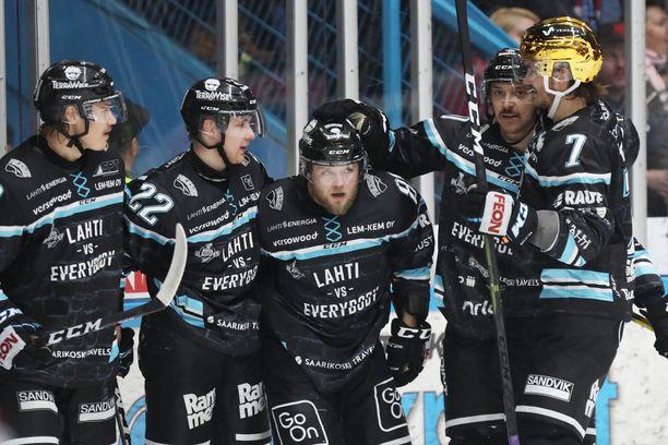 Jesse Saarinen (kuvassa keskellä) on ollut hyvässä iskussa HIFK-sarjassa.