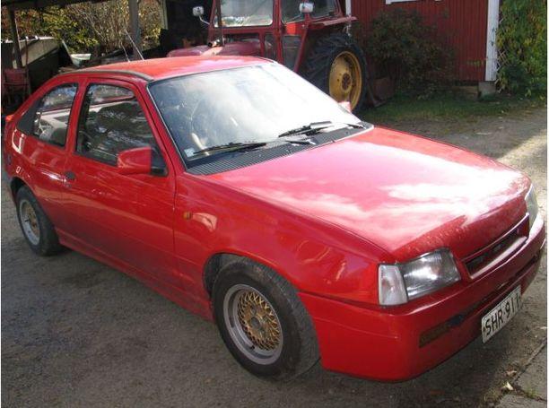 Auto jossa henkirikos tapahtui. Poliisi tutki Karhapään entisen Opelin Pesosen katoamista seuranneena syksynä.