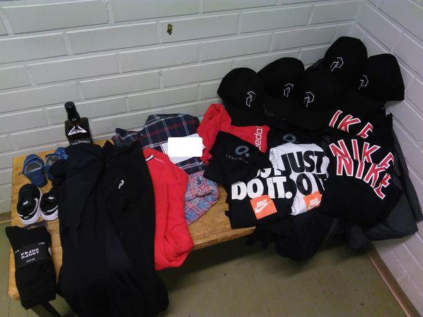 Tulli löysi mieskaksikon laukuista muun muassa Niken upouusia urheiluvaatteita.