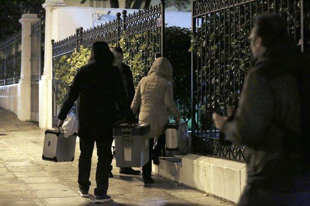 Kreikan poliisin rikospaikkatutkijat menivtä Malaninin asunnolle maanantai-iltana.