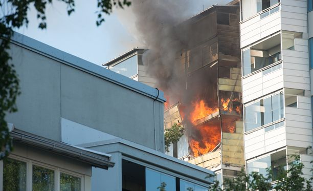 Palo levisi kerrostalon kolmeen ylimpään kerrokseen.