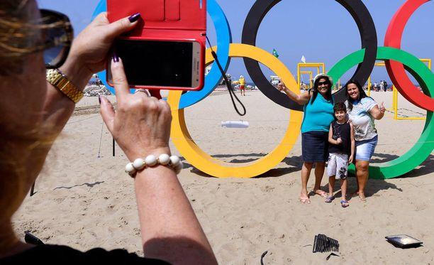 Turistit ottivat kuvia Rion olympialaisissa Brasiliassa. Suojelupoliisin ohjeen mukaan kännykät ja tietokoneet kannattaisi jättää ulkomaanreissuilla kotiin.