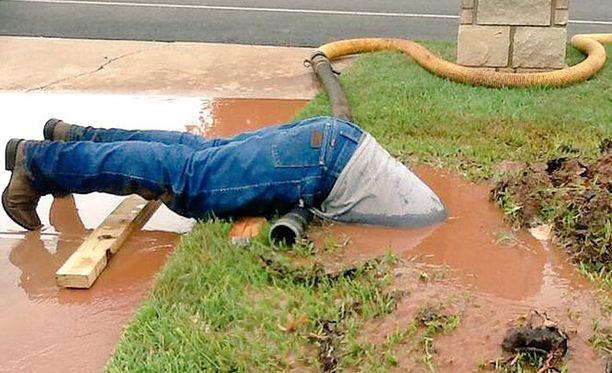 Kunnan vesilaitoksen työntekijä osoitti todellista työlle omistautumista Teksasissa.
