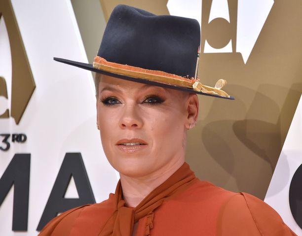 Pink ei halua kirurgin veitsen alle, jotta hänen kasvonsa eivät muutu liikkumattomiksi.