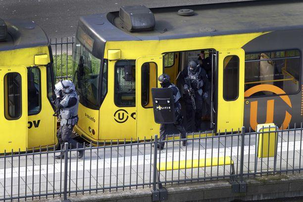 Poliisin erikoisjoukot tarkistavat raitiovaunua, jossa ampumiset tapahtuivat maanantaina aamupäivällä.