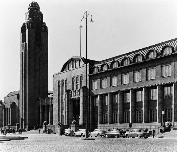 Helsingin nykyisen päärautatieaseman suunnittelu alkoi jo 1800-luvun lopussa. Vuonna 1904 järjestettiin kilpailu, jonka voitti arkkitehti Eliel Saarinen. Kuva on otettu 1960-luvulla.