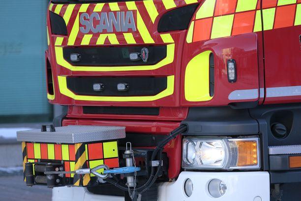 Pelastuslaitos suoritti paikalla liikenteenohjausta ja raivaustyötä.