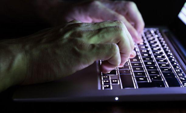 Suomalaisen 19-vuotiaan hakkerin epäillään kaapanneen tuhansia tietokoneita ja hyökänneen niillä muun muassa Puolustusvoimia vastaan.