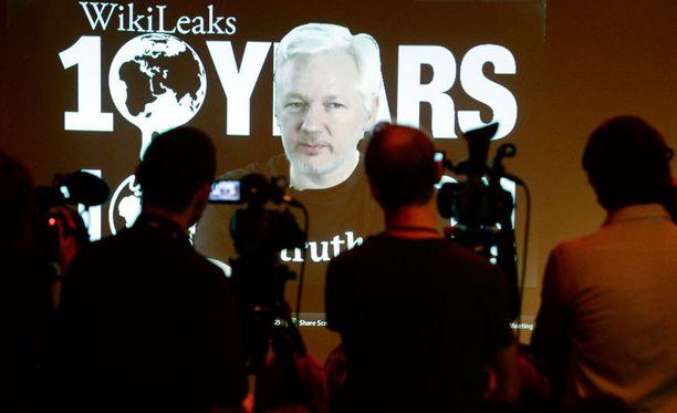 Wikileaksin perustaja Julian Assange esiintyi videolla Wikileaksin kymmenenvuotispäivänä lokakuun alussa. Assange on sulkeutunut Ecuadorin suurlähetystöön Lontooseen.