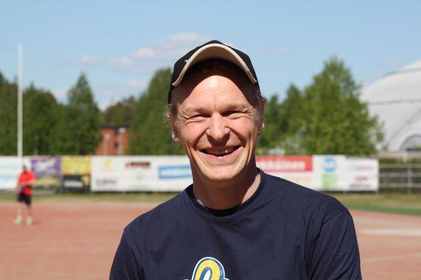 Toni Nieminen vietti koti-iltaa poikansa seurassa.