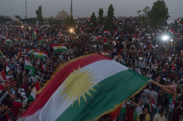 Suuri joukko ihmisiä osoitti mieltään itsenäisyyden puolesta Erbilissä viime lauantaina.